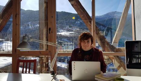 La Carmen treballa a la biblioteca del Centre d'Art i Natura de Farrera en un assaig sobre gastronomia i gènere.