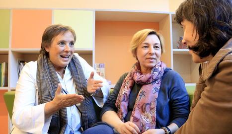 Marta, que va patir un càncer, i Amàlia, que té una triple metàstasi després d'un càncer de mama, conversant amb una periodista a l'espai de l'AECC a Barcelona.