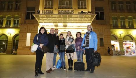 Un grup d'usuaris diaris de l'Avant, ahir davant de l'estació de trens Lleida-Pirineus.