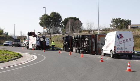 Il·lès un conductor al bolcar amb el camió a Vilanova de la Barca