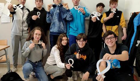Alumnes de l'INS Caparrella es van sumar a la iniciativa d'Afanoc 'Fes un llaç' amb motiu del Dia Mundial contra el Càncer.
