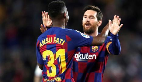 Messi saluda Ansu Fati durant el partit de diumenge davant del Llevant.