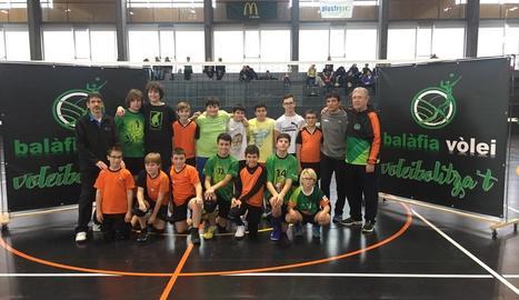 Els alumnes del col·legi Claver van compartir entrenament amb els jugadors del Balàfia Vòlei.