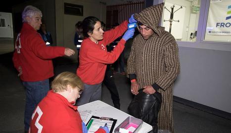 La creu roja comprova l'estat de salut d'un dels homes arribats a Granada.