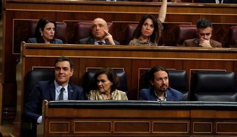 El president Pedro Sánchez, al costat dels vicepresidents Carmen Calvo i Pablo Iglesias durant el ple.