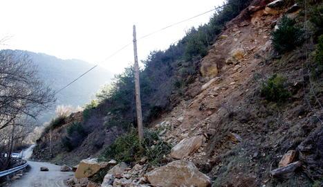 Les roques que han caigut a la calçada a la carretera local que va des de l'N-145 a diversos nuclis del municipi de les Valls de Valira.