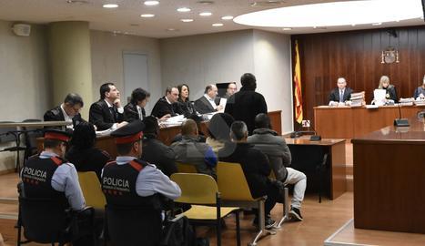 Els acusats d'assaltar traficants, aquest dimecres a l'Audiència de Lleida.