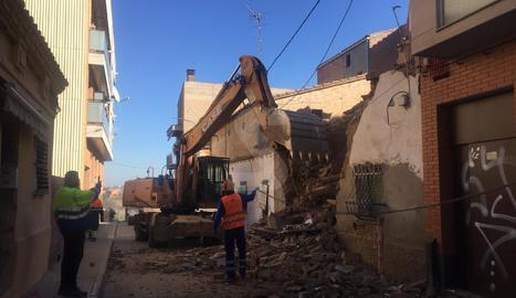 La Paeria ha decidit finalment enderrocar la casa que aquest dimecres al matí ha patit un esfondrament al cobert.