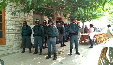 La Guàrdia Civil, en un punt de votació del referèndum de l'1-O a Ivorra, a la Segarra.