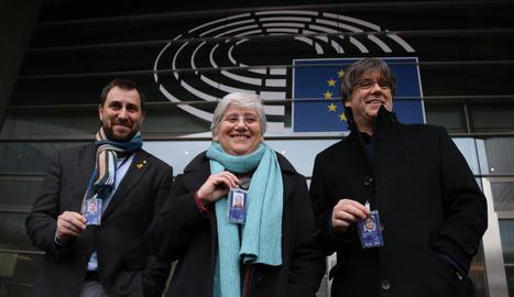 L'eurodiputada de JxCat, Clara Ponsatí, a la seva arribada a l'Eurocambra amb els també eurodiputats Carles Puigdemont i Toni Comín.