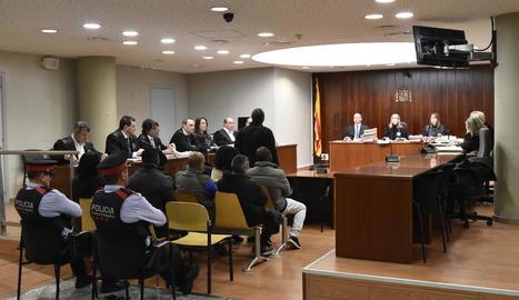 Un dels nou acusats mentre declarava ahir al judici celebrat a l'Audiència de Lleida.