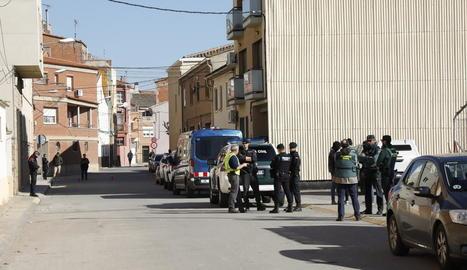 Expectació ahir entre els veïns de Torrefarrera durant l'operació policial.