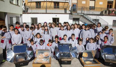 Foto de grup dels alumnes que ahir van participar en el taller d'energies renovables al costat dels forns solars.