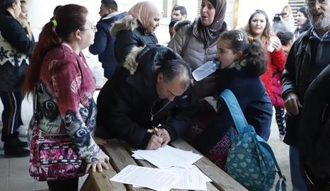 Un berenar popular va amenitzar el tret de sortida a la campanya de recollida de signatures.