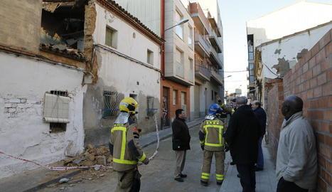 Un instant de la demolició dels números 30, 32 i 34 del carrer Oliver, al barri del Secà, ahir al migdia.
