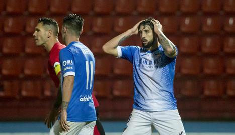 Liberto pugna amb un jugador de la Nucia, que l'agafa, en una acció del partit d'ahir.