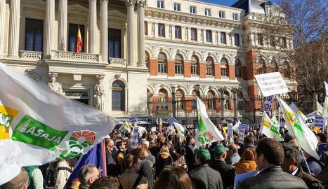 Centenars d'agricultors, ahir davant la seu del ministeri a Madrid.