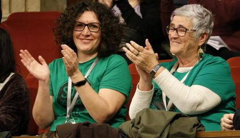 Dos membres de la PAH aplaudeixen la votació del Parlament.