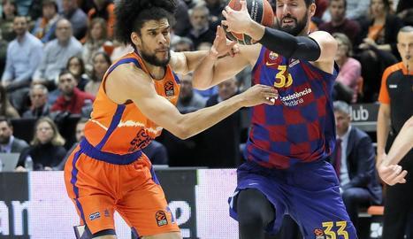 Nikola Mirotic reté la pilota davant de Louis Labeyrie.