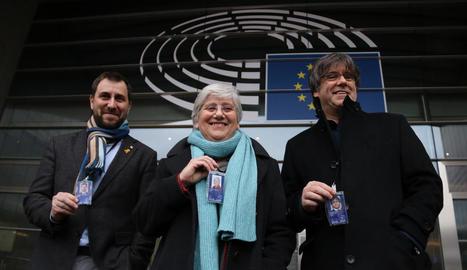Ponsatí va recollir ahir la credencial a Brussel·les i va posar amb Comín i Puigdemont.