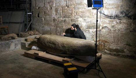 Aleix Barberà durant la restauració d'un menhir.