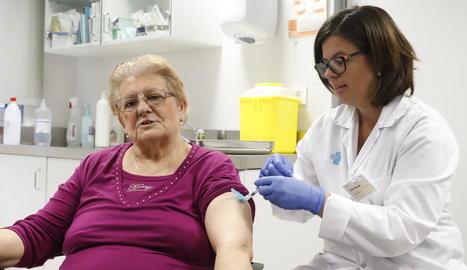 Una dona vacunant-se de la grip l'octubre passat a Balàfia.