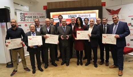 Fotografia de família dels guardonats amb els representants de l'organització del premi Pime.