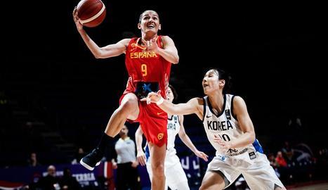 Laia Palau penetra a cistella davant la coreana Danbi Kim.
