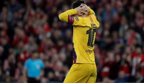 Messi es lamenta per l'eliminació de l'equip, ahir a San Mamés.