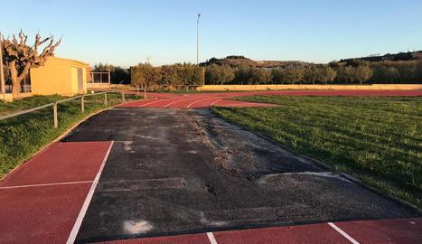 Estat actual d'una part de les pistes d'atletisme i del camp de futbol d'Arbeca.