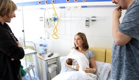 L'Anna i l'Alberto, amb el seu fill, Roc, conversant amb la consellera de Salut, Alba Vergés, a la Maternitat de l'Hospital Clínic, aquest divendres.