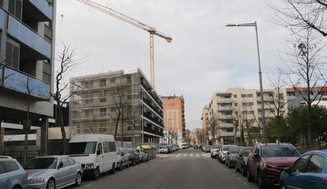 Imatge d'un edifici en construcció al barri de Cappont de Lleida, ahir.