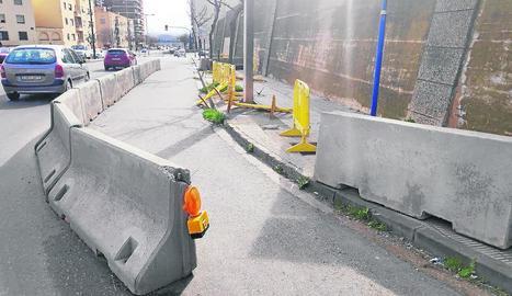 Imatge de la calçada del carrer Cos-Gayón tallat.