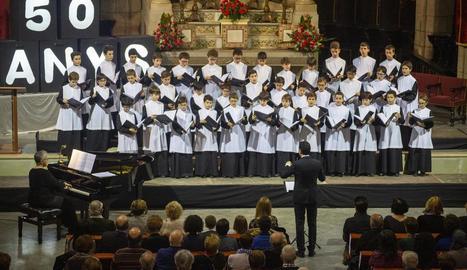 Els cantaires de l'Escolania de Montserrat, dirigida per Llorenç Castelló, ahir durant el concert.