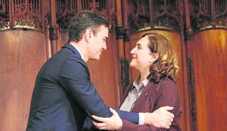 Pedro Sánchez saluda l'alcaldessa de Barcelona, Ada Colau, durant la reunió d'ahir.