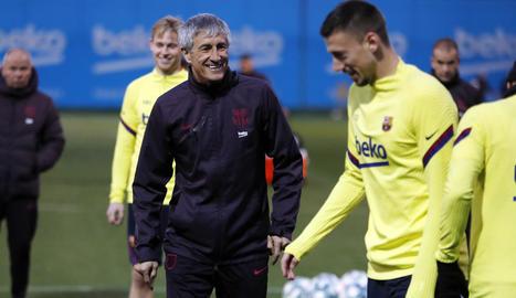 Quique Setién somriu davant de Lenglet ahir durant l'entrenament de l'equip barcelonista.