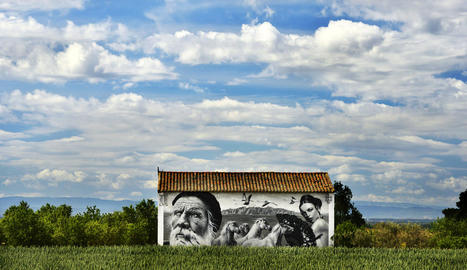 entorn rural. Una fotografia que no necessita paraules per descriure la fusió de l'entorn rural i l'art, en aquest cas de S. Waknine a Penelles. A sota, l'alcalde i els organitzadors davant una obra de BK FOXX / ZESO WF.