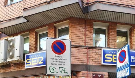 El senyal prohibeix aparcar bicis i motos que no siguin elèctriques.