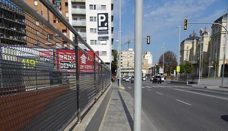 Toni Montardit s'agafa a un tub per girar al carrer Corts Catalanes, la inclinació del qual dificulta la circulació de les cadires de rodes.