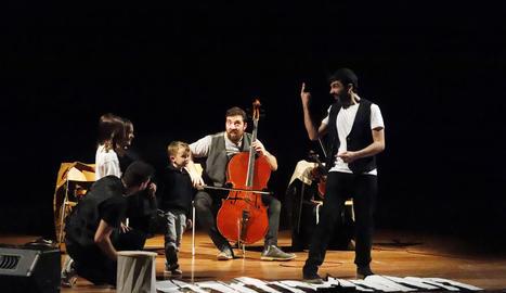 Petits i grans van experimentar ahir amb la creació musical.