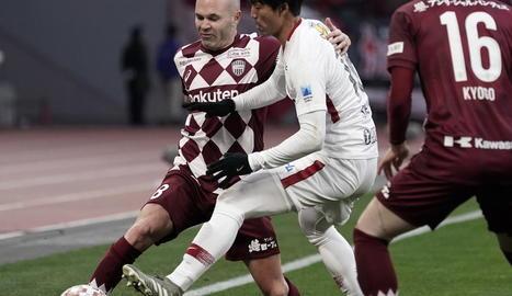 Iniesta intenta eludir un rival ahir durant la Supercopa del Japó.