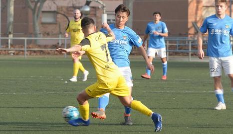 Liu, del Lleida B, i Pablo Bernal, del Balaguer, pugnen per la pilota.
