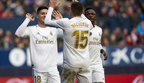 Luka Jovic, que va tancar el compte del Madrid, celebra el seu gol amb Fede Valverde.