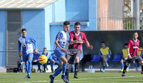 Un jugador de l'EFAC lluita pel control de la pilota amb un jugador rival.