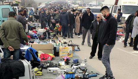 El mercat d'antiguitats i d'articles de segona mà d'Arbeca va estar ahir molt concorregut.