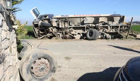 El camió va quedar bolcat de forma lateral després de l'accident ahir prop d'un habitatge.