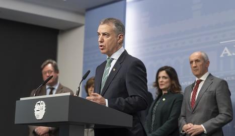 Iñigo Urkullu va anunciar l'avançament electoral envoltat dels consellers de l'Executiu.