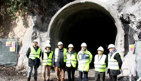 El secretari d'Infraestructures i Mobilitat, Isidre Gavín, i diversos alcaldes de l'Alt Urgell, aquest dimarts a la sortida de la galeria d'evacuació del túnel de Tresponts situada a la banda sud, ja excavada.