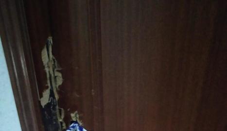 Imatge de la porta forçada pels okupes.