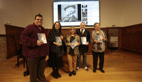La doctora Toñy Castillo (al centre), durant la presentació del llibre 'Hoy música'.